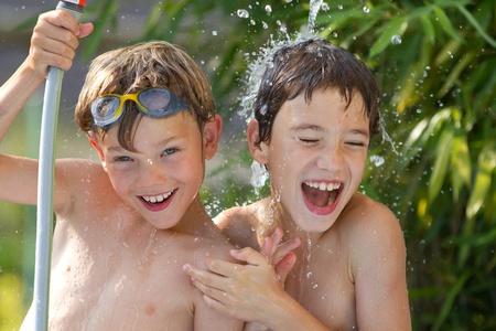 jugando: Los ni�os peque�os jugando en el agua