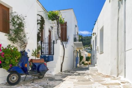 Classical narrow street with a painted sidewalk in Parikia Standard-Bild