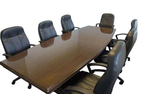 Salle de conférence de table avec des chaises sur fond blanc