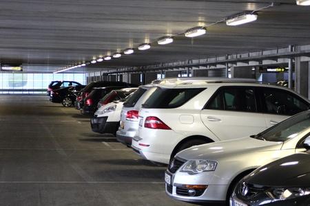 voiture parking: Voitures en parkinglot int�rieur � l'a�roport