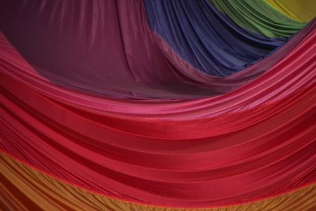 segmento: Segmento de plegado de paraca�das Tela en capas de colores Foto de archivo