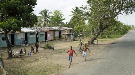 niño abrigado: pobre niño growh en la pobreza, República Dominicana 2014
