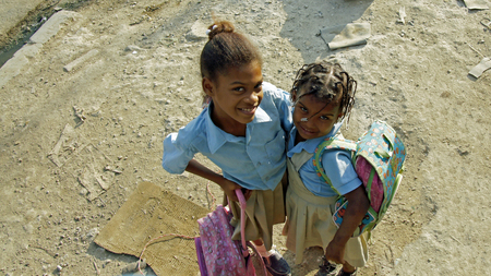 niño abrigado: BOCA CHICA, REPÚBLICA DOMINICANA, MARZO DE 2014: los niños caribe afortunados no se preocupan por los problemas sociales