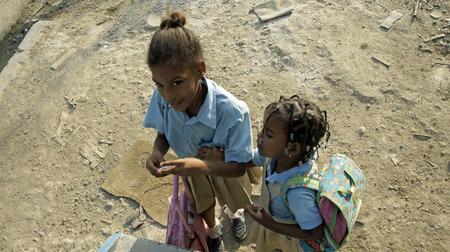 BOCA CHICA, REPÚBLICA DOMINICANA, MARZO DE 2014: los niños caribe afortunados no se preocupan por los problemas sociales