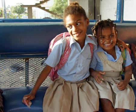 Boca Chica, Dominicaanse Republiek, maart 2014: lucky caribbean kinderen niet de zorg over de sociale problemen Stockfoto - 27929722