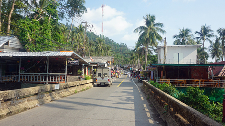 Koh Chang, Thailand - March 2018: Street scene at lonely beach Foto de archivo - 105371000