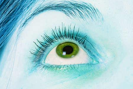 eye green: De ojos verdes - foto de un ojo verde y azul de la piel