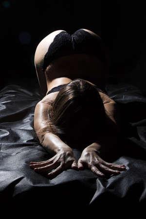 32562163-foto-de-mujer-joven-atractiva-en-ropa-interior-acostado-en-la-cama.jpg?ver=6