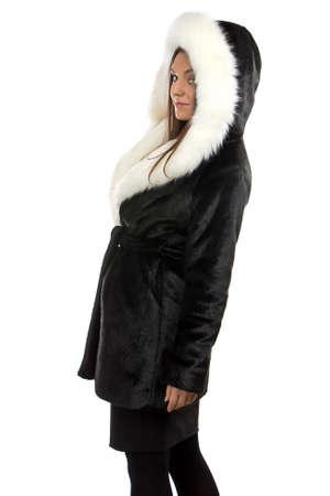 manteau de fourrure: Photo de la femme souriante en manteau de fourrure sur fond blanc Banque d'images