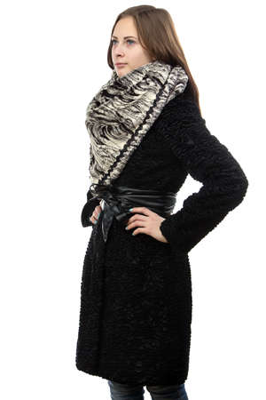 manteau de fourrure: Photo de la jeune femme s�rieuse dans manteau de fourrure sur fond blanc