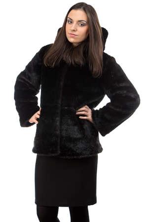 manteau de fourrure: Image de la femme s�rieuse dans manteau de fourrure sur fond blanc