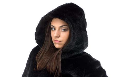 manteau de fourrure: Image de femme s�rieuse dans le manteau de fourrure avec capuche sur fond blanc