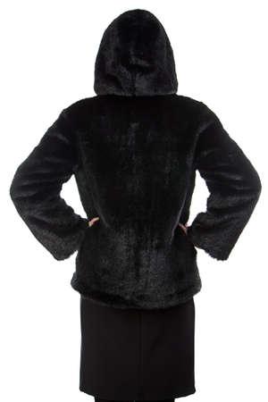 manteau de fourrure: Image de la femme dans le manteau de fourrure noir avec capuchon � l'arri�re sur fond blanc