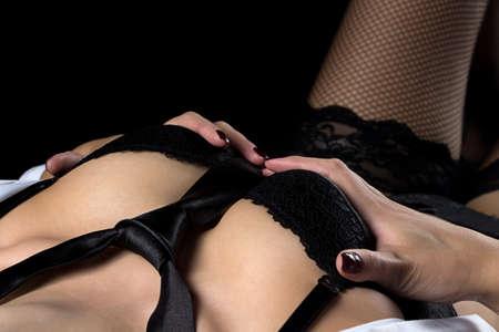 36578595-mujer-acostada-atractiva-en-ropa-interior-sobre-fondo-negro.jpg?ver=6