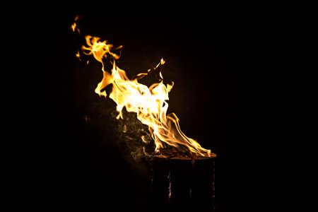 log fire: Foto di log incandescente, fuoco di notte su sfondo nero