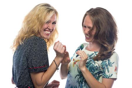 riendo: Dos mujeres felices que ríen en el fondo blanco