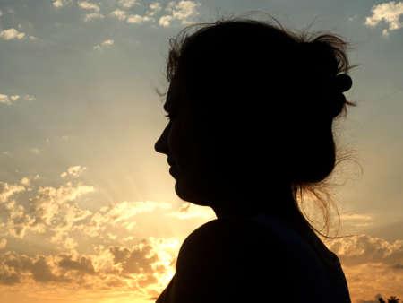 silueta humana: Silueta del gril joven en la luz del sol. foto del viaje.