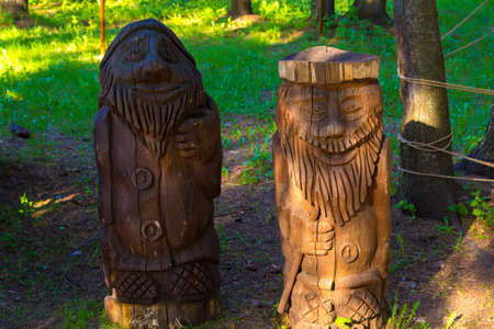 gnomos: Wooden statue of gnomes. Photo of summer hotel complex.