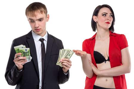 prostituta: El hombre que no sabe cómo pagar. Foto aislada de las personas con el fondo blanco.