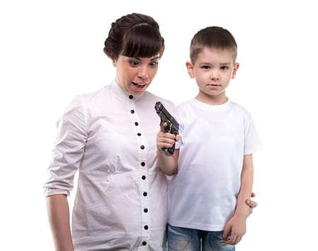 delincuencia: Niño pequeño con el arma en el fondo blanco