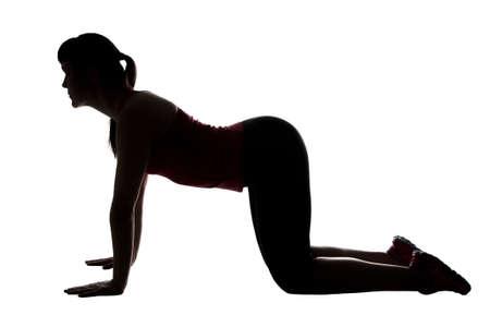 Silhouet van sporttrainer op knieën op witte achtergrond