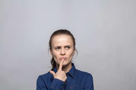 dudando: Retrato de la mujer dudar Foto de archivo