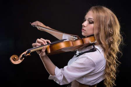 Jonge blonde vrouw met viool