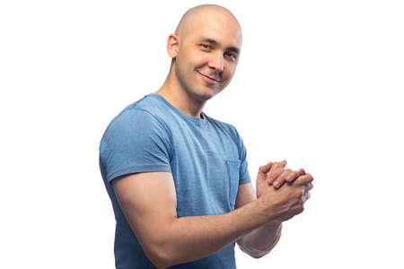 Bild eines freundlichen Mannes mit Glatze im blauen T-Shirt Standard-Bild