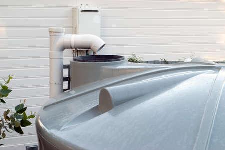 dep�sito agua: tanque de agua rural en el patio trasero Foto de archivo