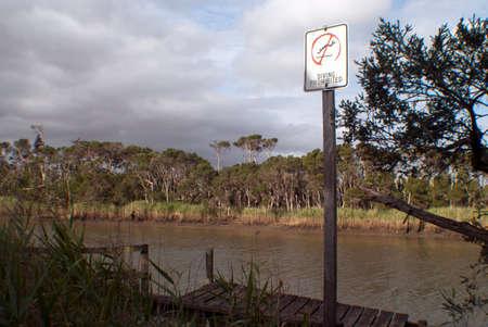 prohibido: buceo señal de prohibido la orilla del río