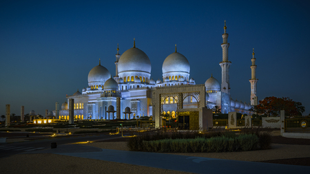 The imposing Sheikh Zayed Grand Mosque in Abu Dhabi at night Stock Photo