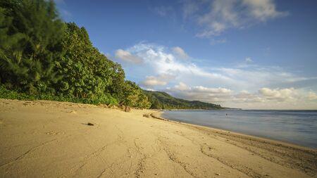 Een prachtig lang en eenzaam paradijsstrand op de Seychellen