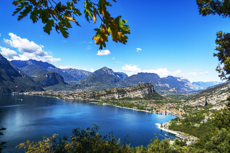 ガルダ湖で山の絵のような見通し 写真素材