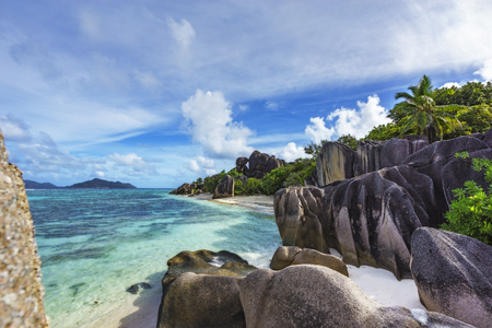 amazing picturesque paradise beach. granite rocks,white sand,palm trees,turquoise water at tropical beach anse source d'argent, la dique, seychelles 스톡 콘텐츠