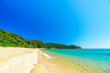 beautiful tropical paradise beach with turquoise water and white sand in abel tasman national park, new zealand Standard-Bild - 107866101
