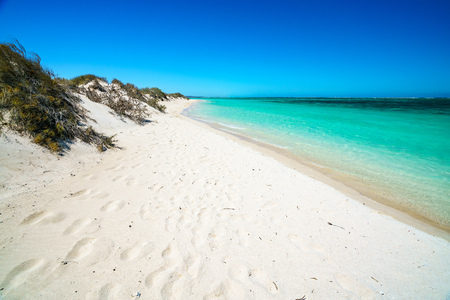 white sand and turquoise water on the beach of turquoise bay, cape range, western australia