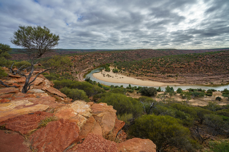 Hiking the canyon. natures window loop trail, kalbarri national park, western australia 免版税图像