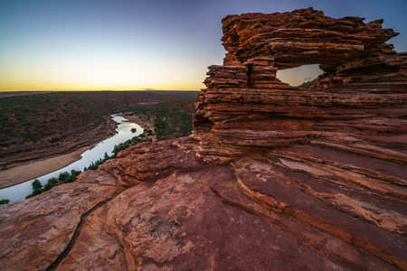 before sunrise at natures window in the desert of kalbarri national park, western australia 免版税图像