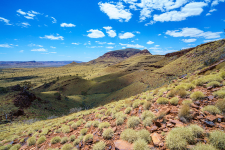 hiking on mount bruce in the desert of karijini national park, western australia 免版税图像 - 122050184