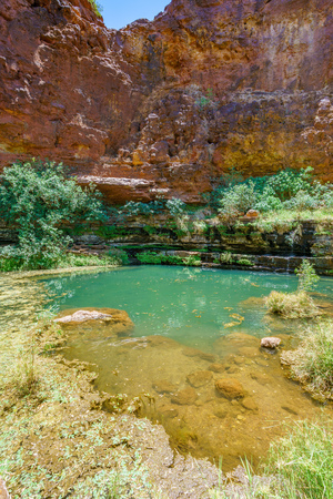 hiking to circular pool in dales gorge, karijini national park, western australia 免版税图像 - 122053384