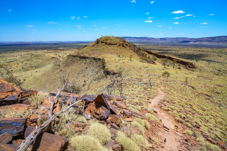 hiking on mount bruce in the desert of karijini national park, western australia Stockfoto - 122047331