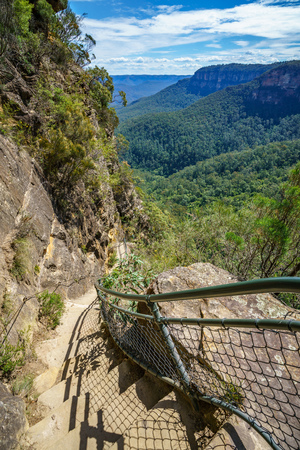 hiking the national pass walking track in the blue mountains national park, new south wales, australia 免版税图像 - 123041530