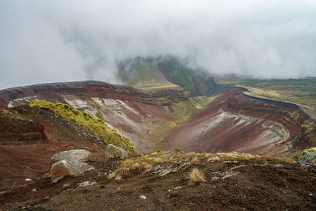 clouds in the volcanic crater of mount tarawera in new zealand 免版税图像