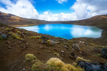 hiking the tongariro alpine crossing, lake in volcanic crater, new zealand 免版税图像