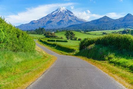 on the road to cone volcano mount taranaki in new zealand 免版税图像