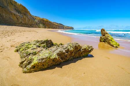 steep coast and monoliths at gibson steps, twelve apostles marine national park, great ocean road, australia Stockfoto