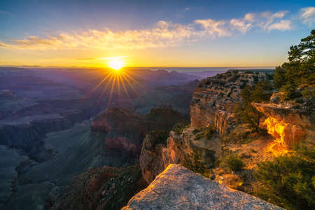 sunrise at hopi point on the rim trail at the south rim of grand canyon in arizona in the usa Stockfoto