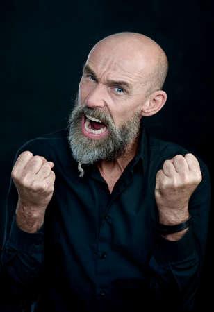 personas enojadas: Hombre enojado est� gritando
