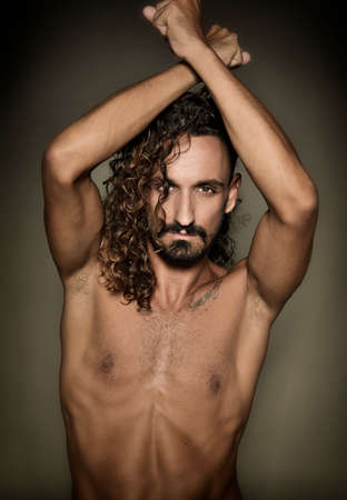 seins nus: modèle gay Topless pose en studio