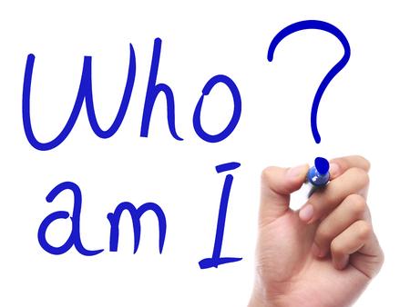 personal identity: Mano con la pluma est� escribiendo Qui�n soy yo en la tarjeta blanca transparente. Foto de archivo